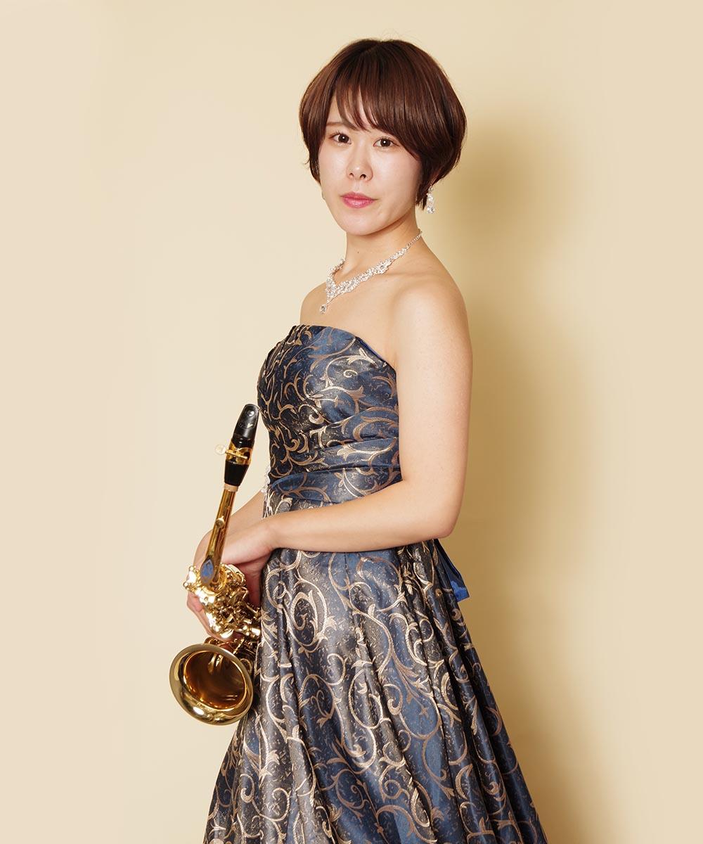 ネイビーカラードレスとサックスの色合いの相性が美しかった演奏会のプロフィール写真
