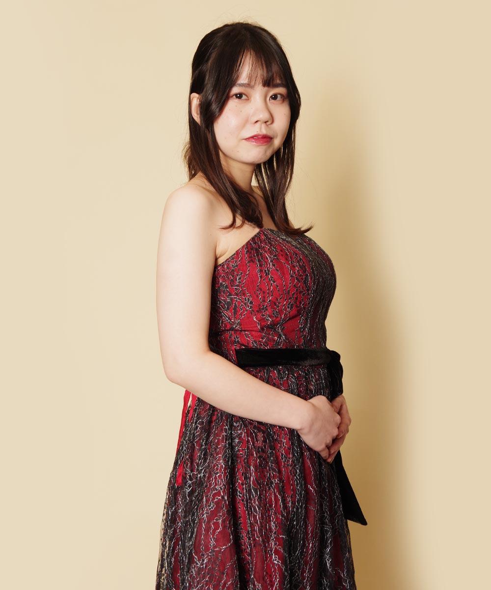 大人っぽいクリスマスカラーのワインレッドドレスを着たプロフィール写真