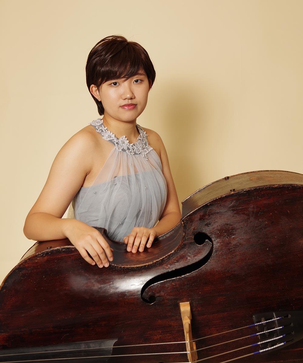 シルバーホルターネックドレスを着用されたコントラバス奏者のお客様のプロフィール写真