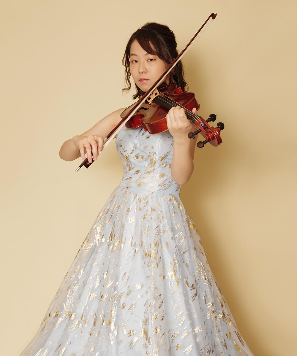 キラキラゴールド装飾のふんわりボリュームスカイブルードレスをレンタルされたバイオリニストのお客様のお写真