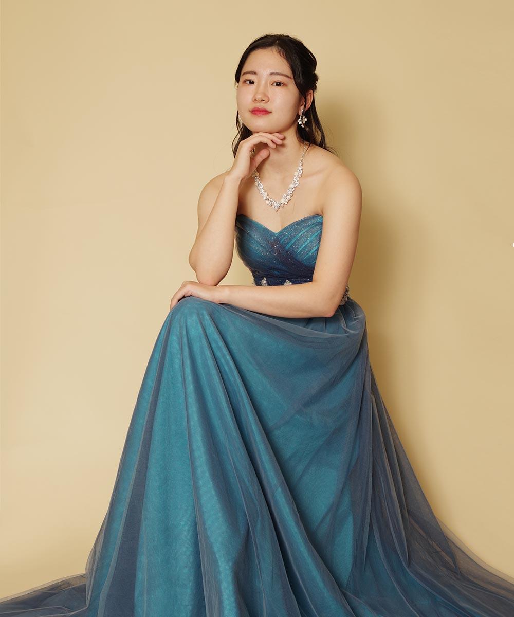 カッコいい雰囲気のポージングを加えて撮影を行ったブルーのキラキラドレスを着用の演奏家のお客様のお写真