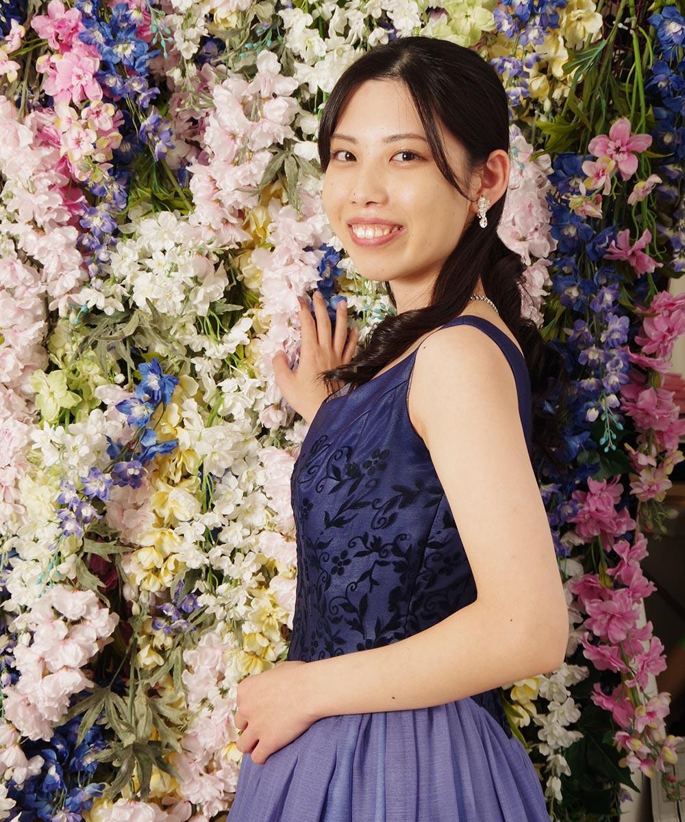 大人っぽいラベンダーカラーのグラデーションカラードレスを着用された演奏家のお客様の宣材写真