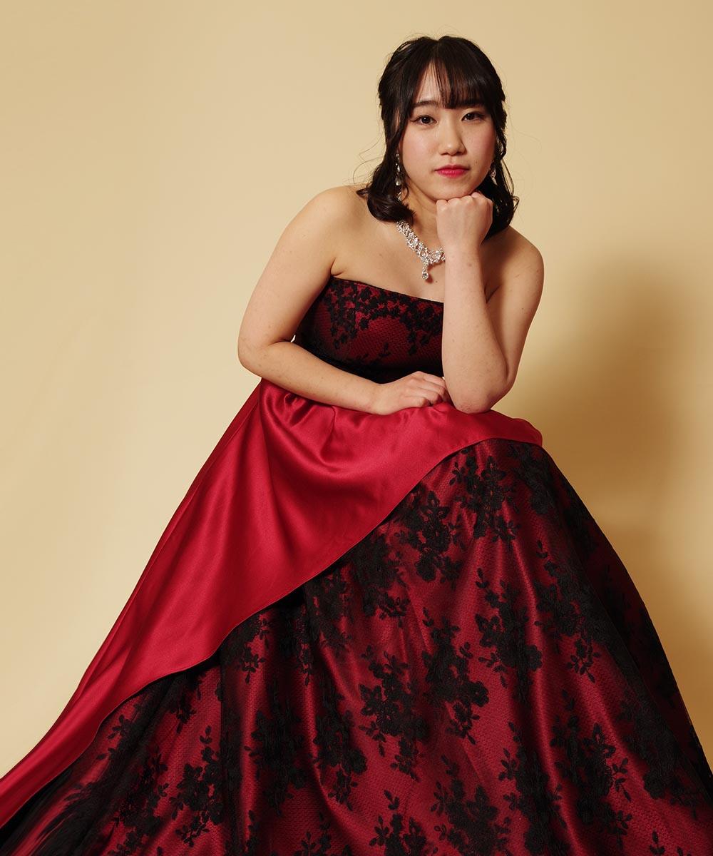 ダークなワインレッド&ブラックのドレスに似合うカッコいい大人の雰囲気のポージングを行って頂いた演奏会用お写真