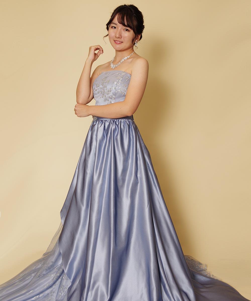 キラキラスカイブルーのロングドレスを身にまとった演奏家のお客様の宣材写真