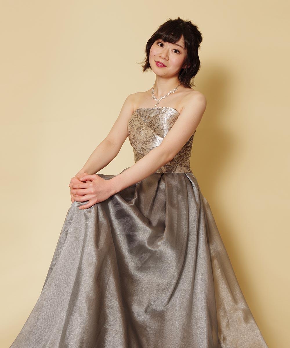 レンタルドレスを2着試着されてから決められたシルバーカラードレスを着用した演奏会用プロフィール写真