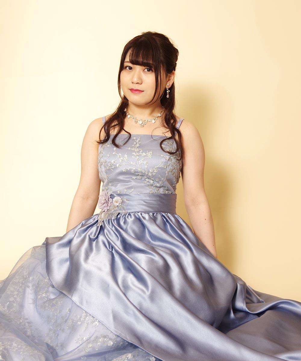 キラキラブルーの豪華なレンタルドレスを着用された演奏会用のプロフィール写真