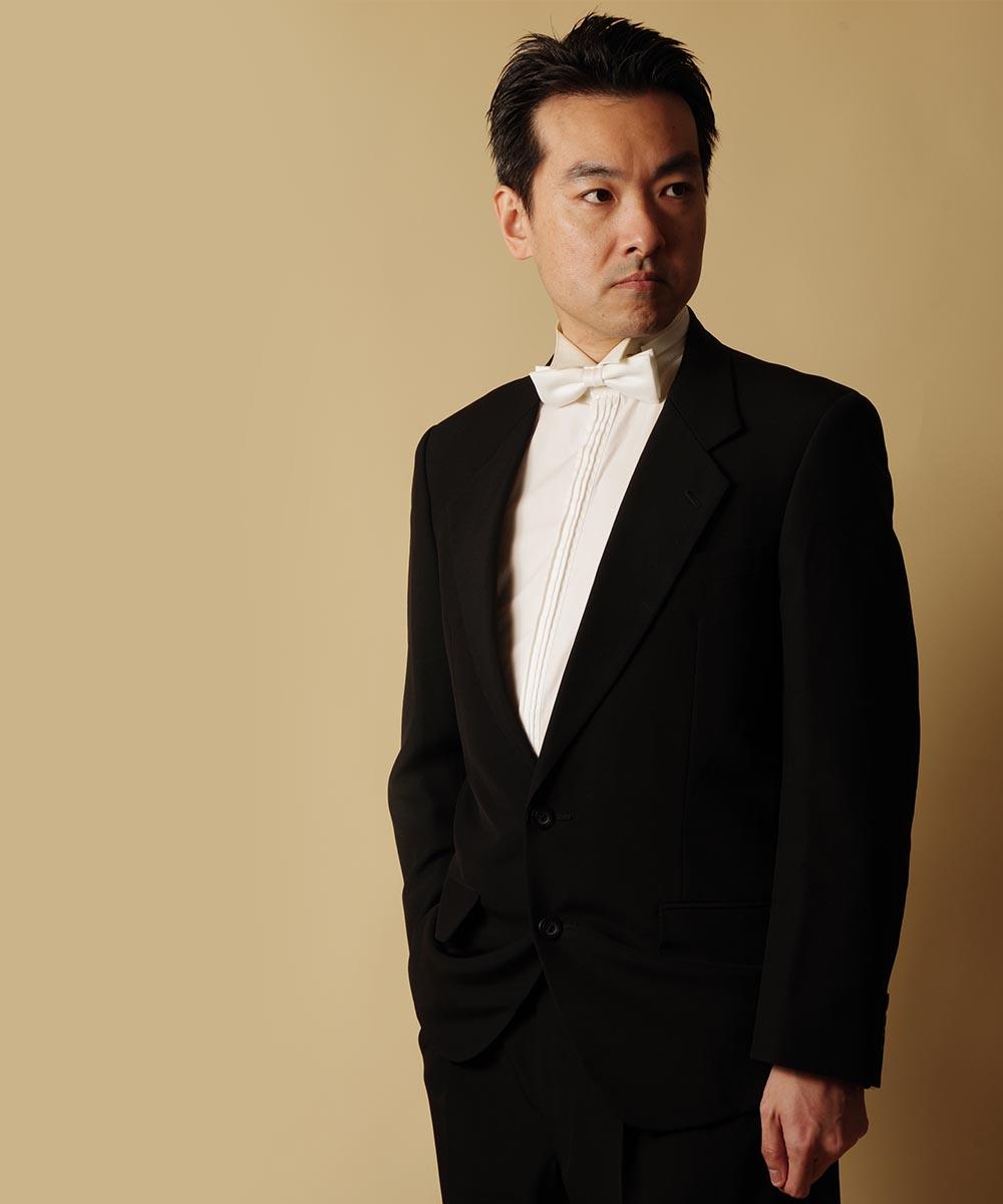 ライティングを変えながら撮影を行ったドレスルームアミのチラシ作成サービスをご利用いただいている男性ピアニスト様のプロフィール写真