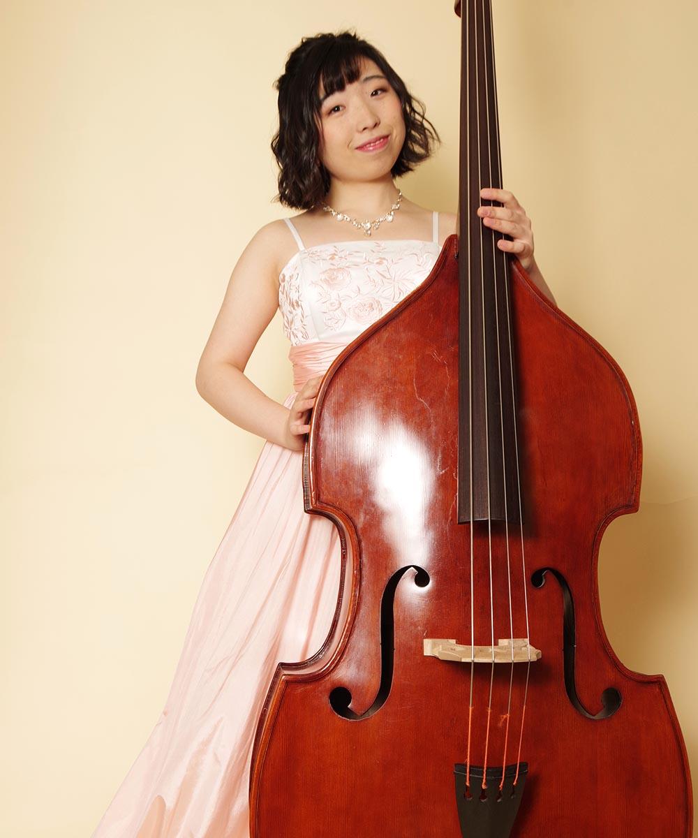 ピンクのカラードレスをお持ち込み頂いてのコントラバス奏者のお客様の宣材写真