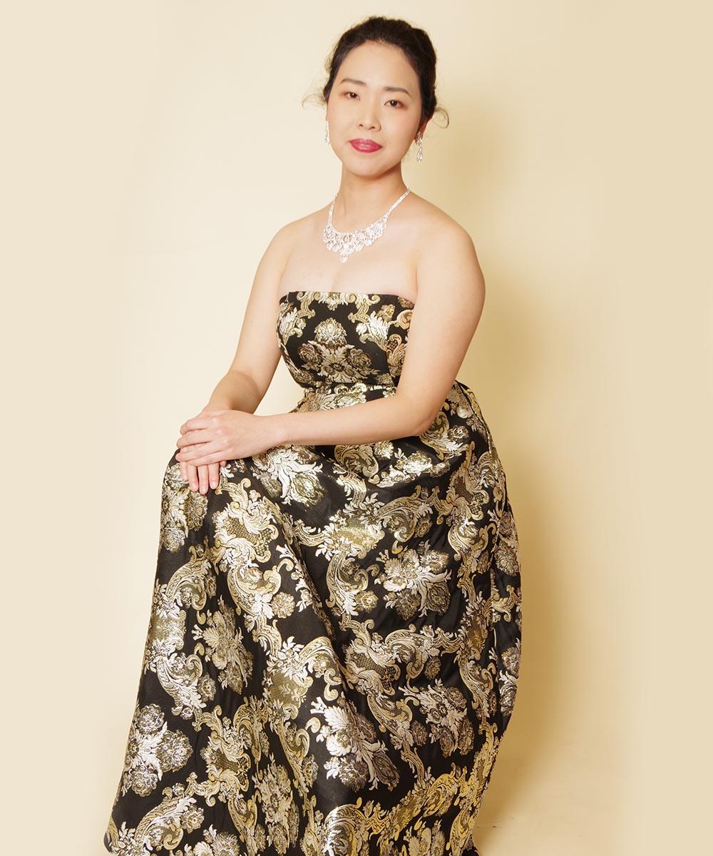 ゴールドブラックのドレスの光沢感を活かした宣材写真