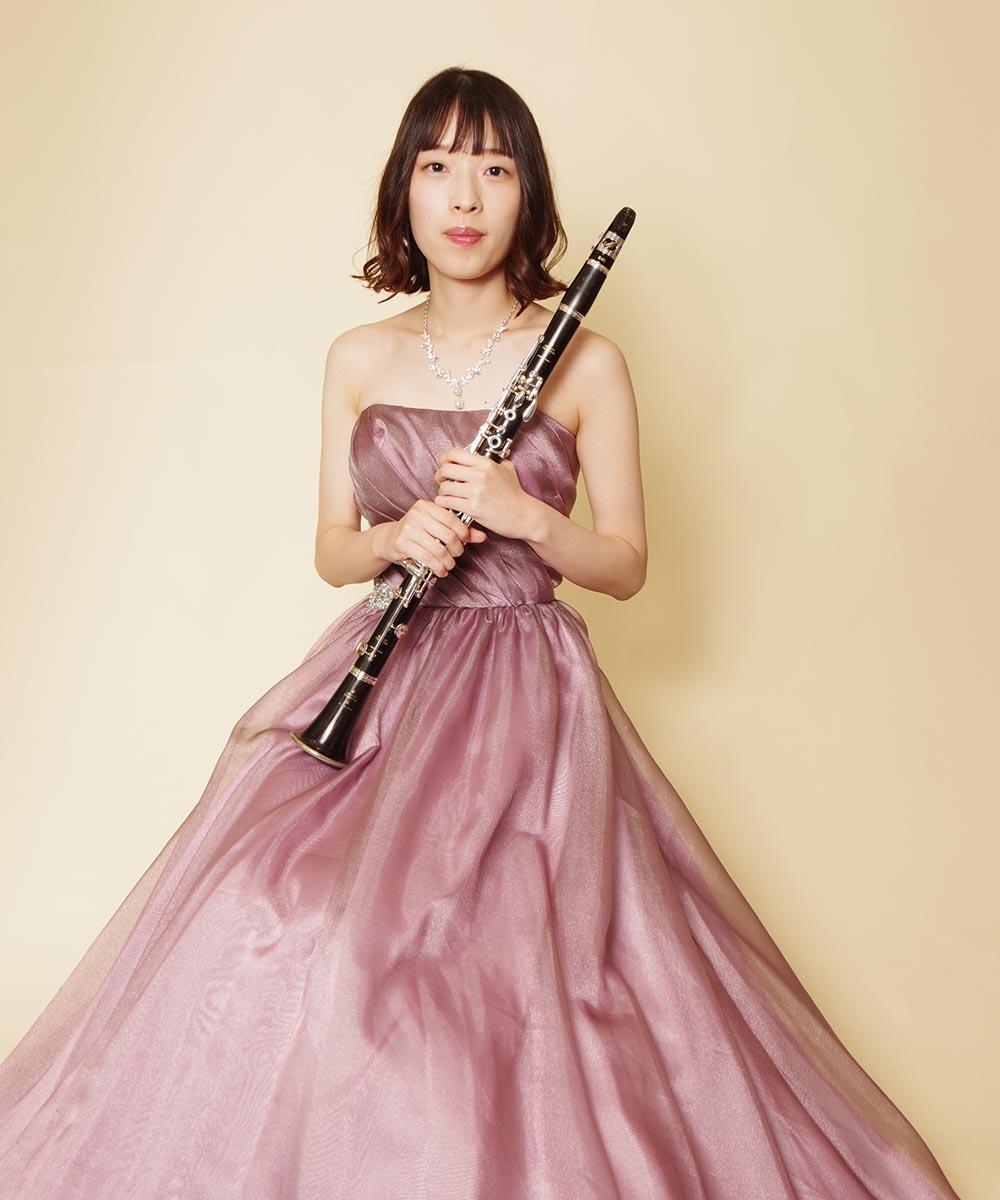 演奏会用にピンクパープルのカラードレスをお買い求め頂き撮影を行ったクラリネット奏者のお客様の写真