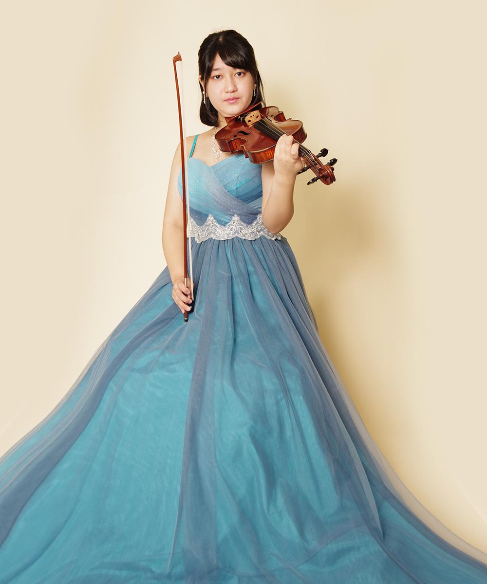 9月に開催されるコンサート用に撮影されたブルーのドレスを着たバイオリン奏者様のお写真