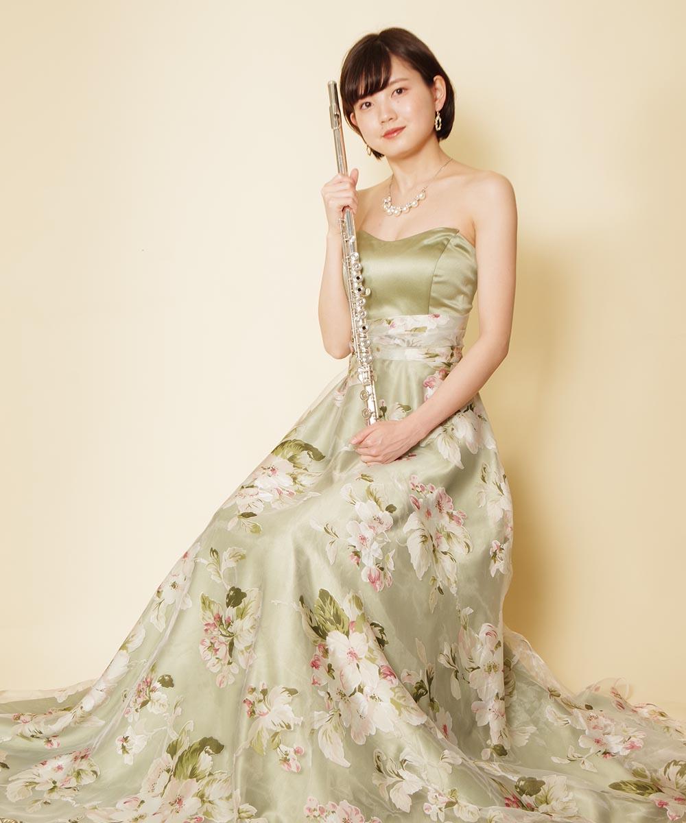 全身撮影も含めたフルート奏者様のグリーン花柄ドレスを着たプロフィール写真