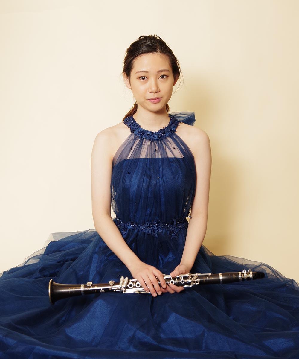 ホルターネックネイビードレスをご購入後に撮影されたクラリネット奏者のお客様のお写真