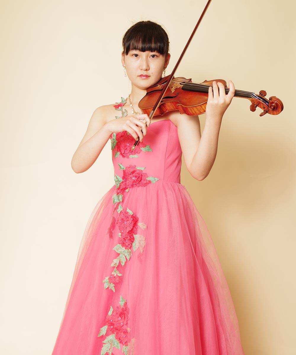 ピンクの花柄刺繍ドレスを着たバイオリニストのお客様の演奏会用写真