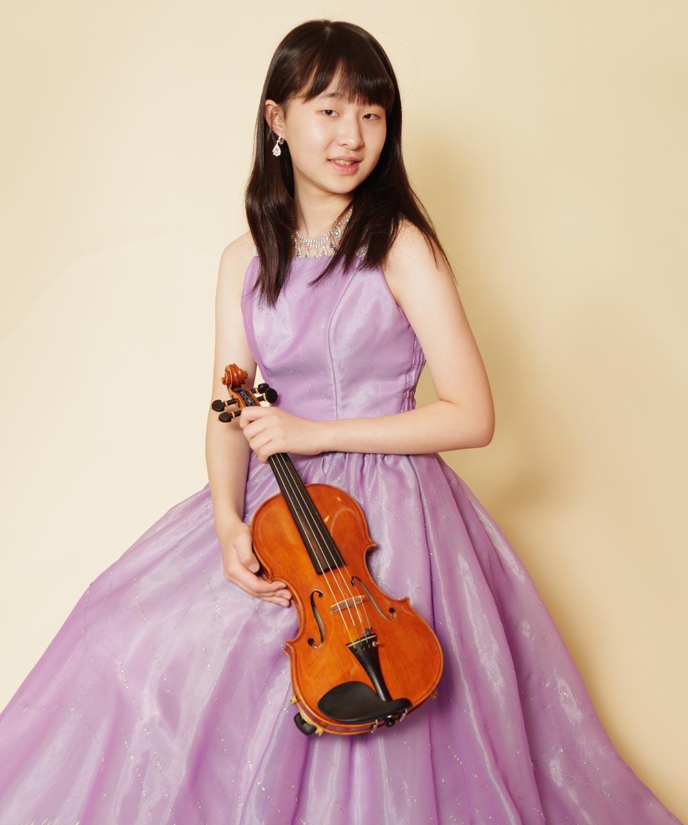 パープルのドレスをお持ち込み頂いた中学生のバイオリニストのお客様の宣材写真