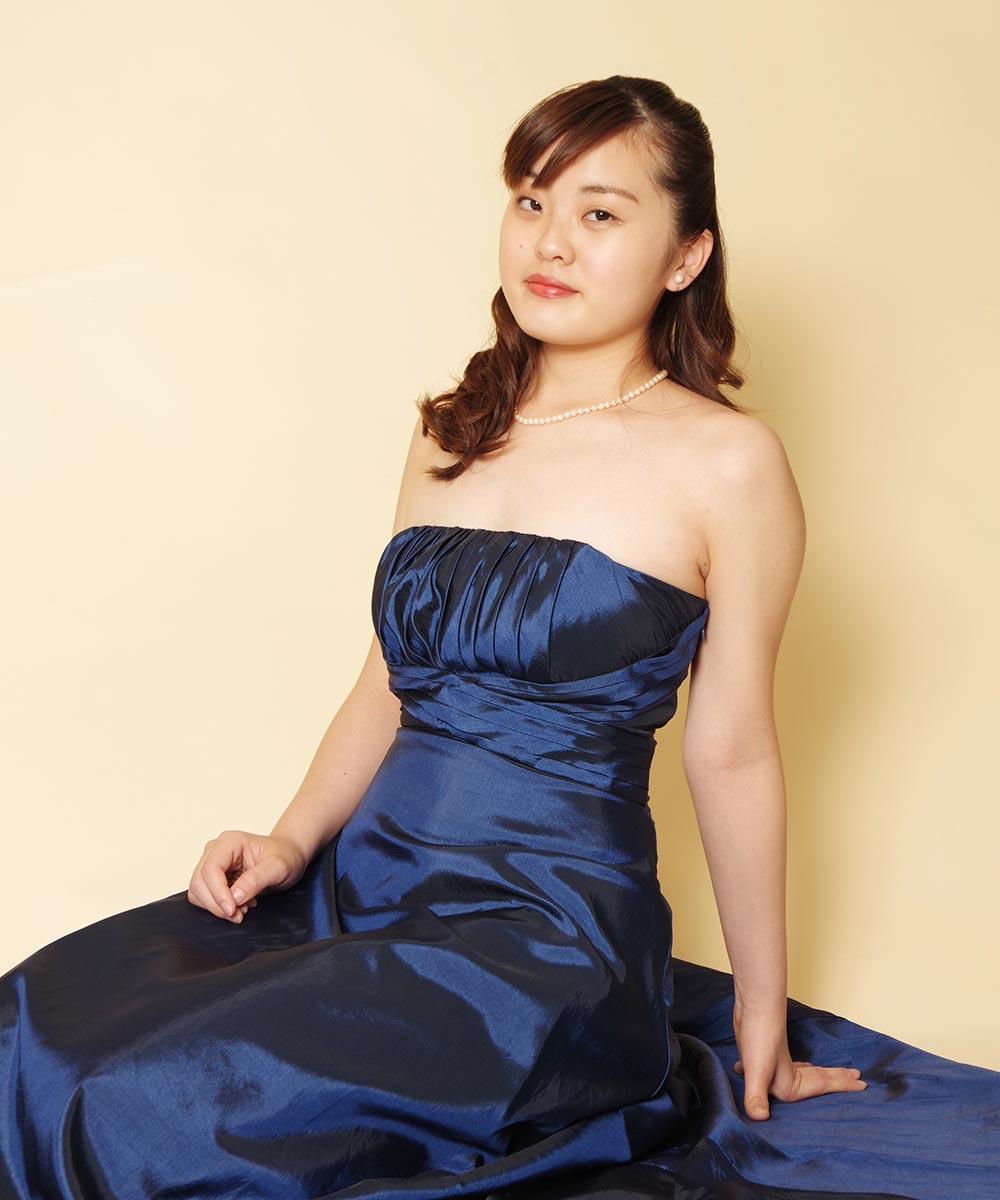 緊急事態宣言解除後初のネイビードレスを着用して撮影されたピアニストのお客様の宣材写真