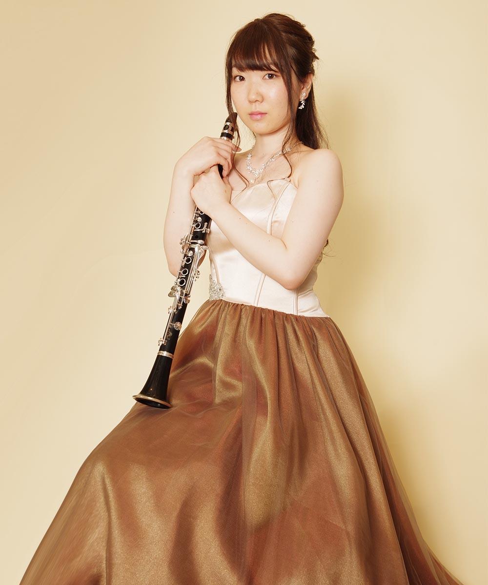 コルセットデザインのブラウンカラーのステージドレスを着用されたクラリネット奏者様の演奏会用写真