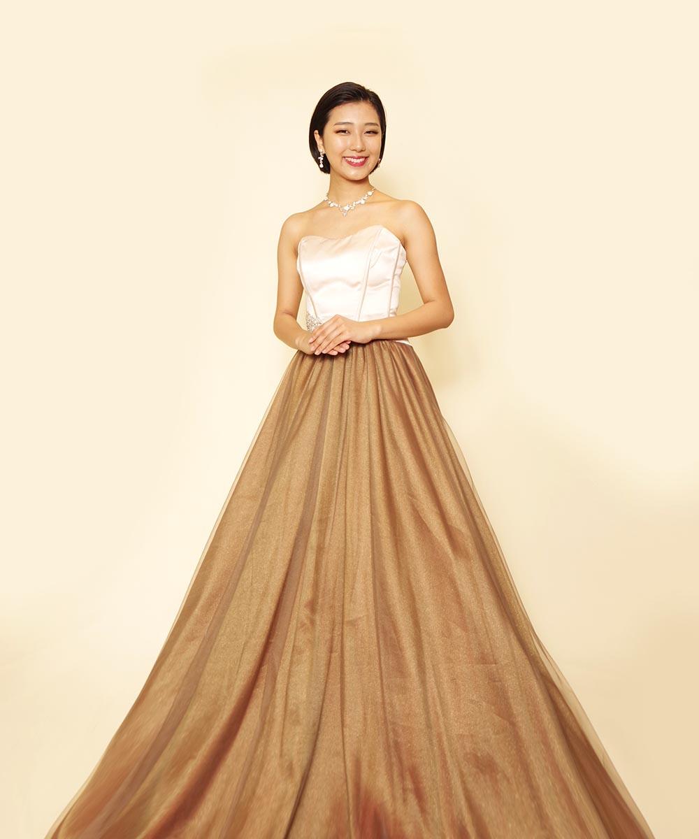 ミスコンテストのエントリー用に撮影をされたベージュのドレスがお似合いになったお客様のお写真