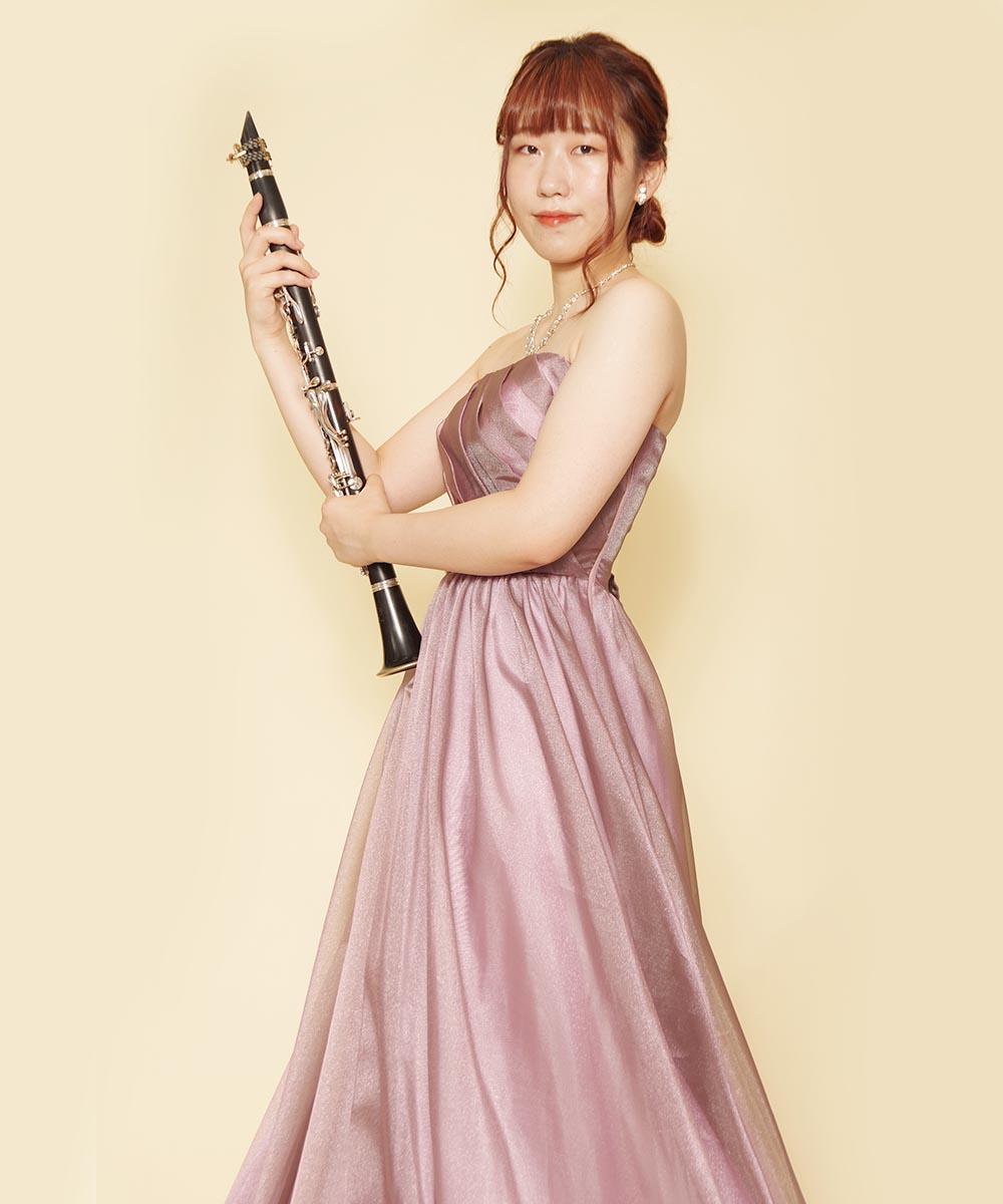2020年10月に開催されるコンサート用にパープルのドレスを着用されたクラリネット奏者様のプロフィール写真