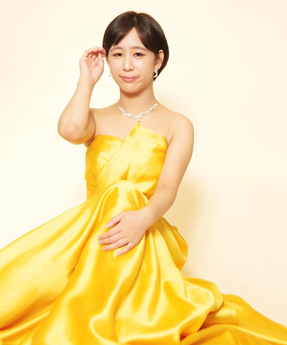 声楽コンクールご出演予定の音楽家のお客様のお持ち込みイエローカラードレスを着た宣材写真