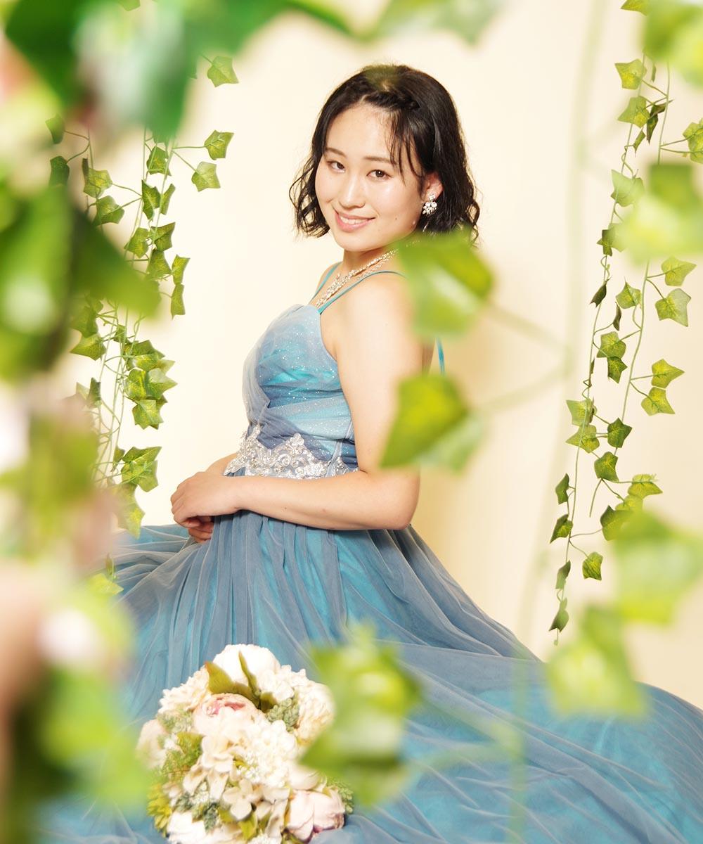 オーディション用のお写真にキラキラグリッターのブルーロングドレスを着ながらのお花畑撮影