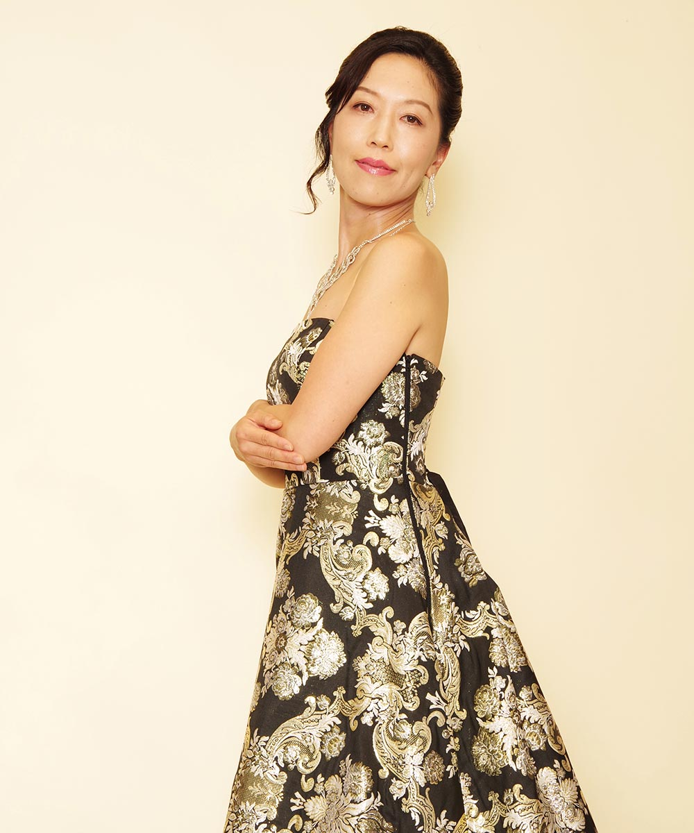 ゴールドの刺繍が上品なジャガードドレスを着用したコンテスト写真