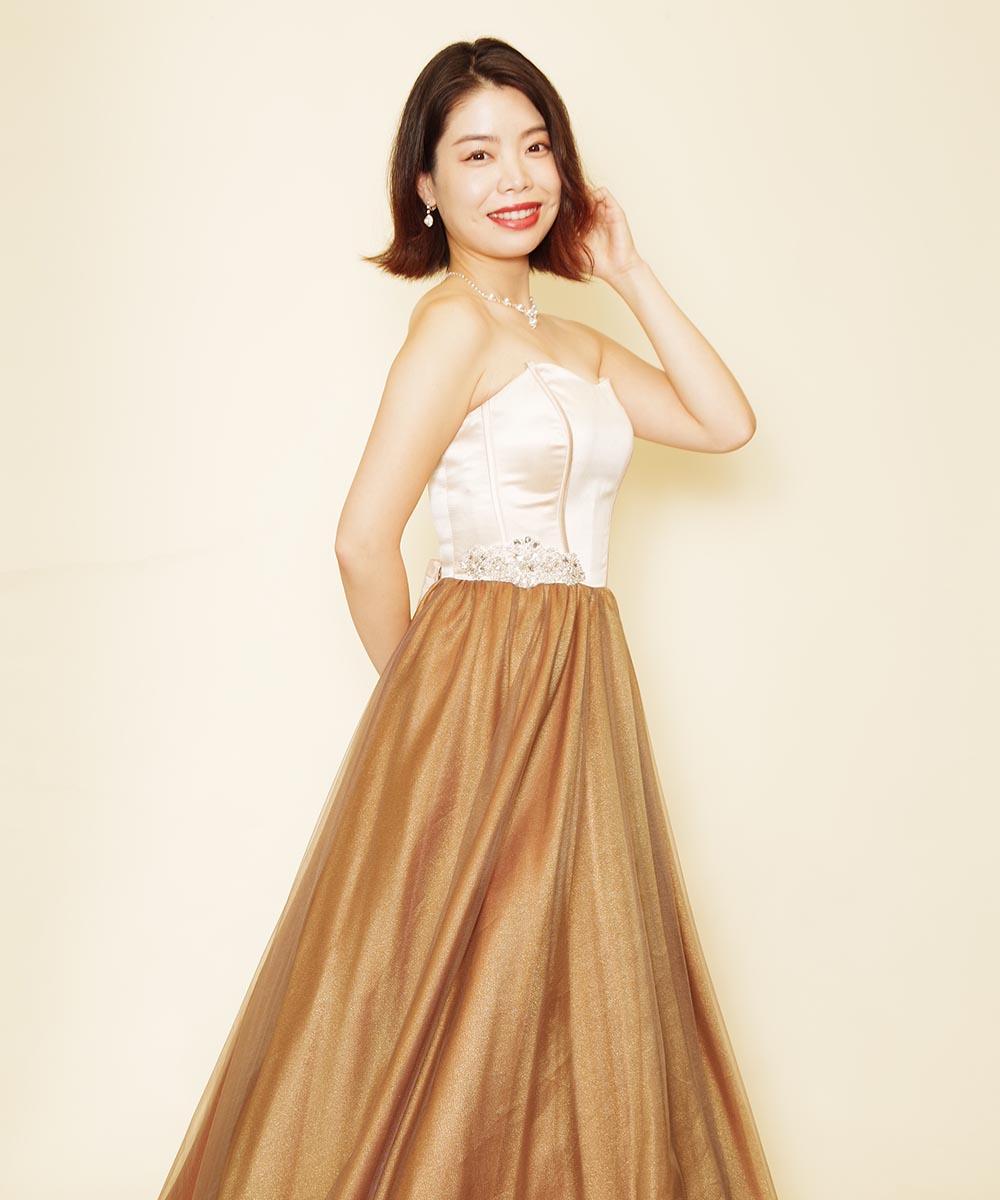 ブラウンチュールスカートの胸元コルセットデザインドレスをレンタル頂き撮影した宣材写真