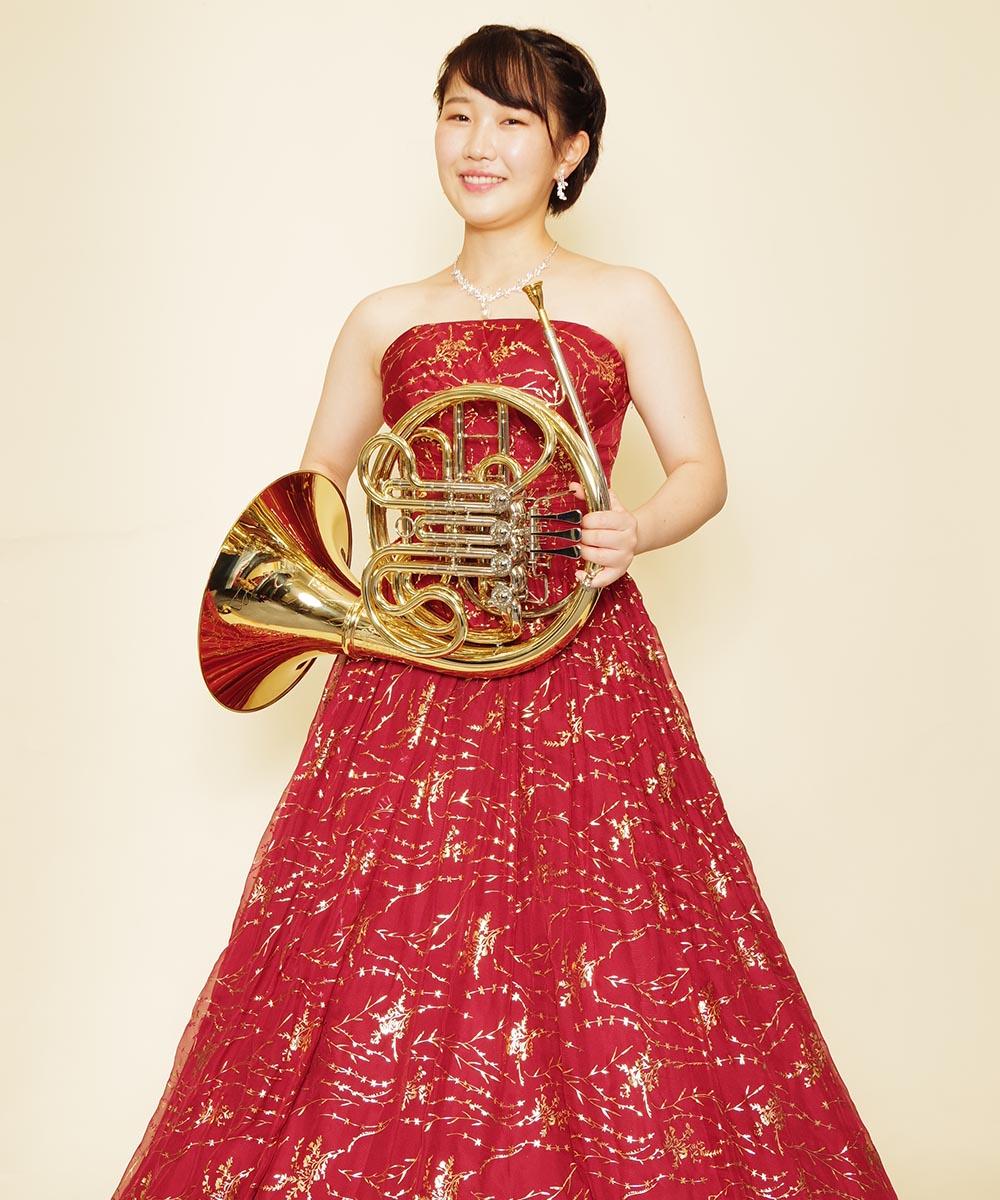 一点ものレッド×ゴールドのロングドレスをご購入頂いてから撮影を行ったホルン奏者のお客さまのプロフィール写真