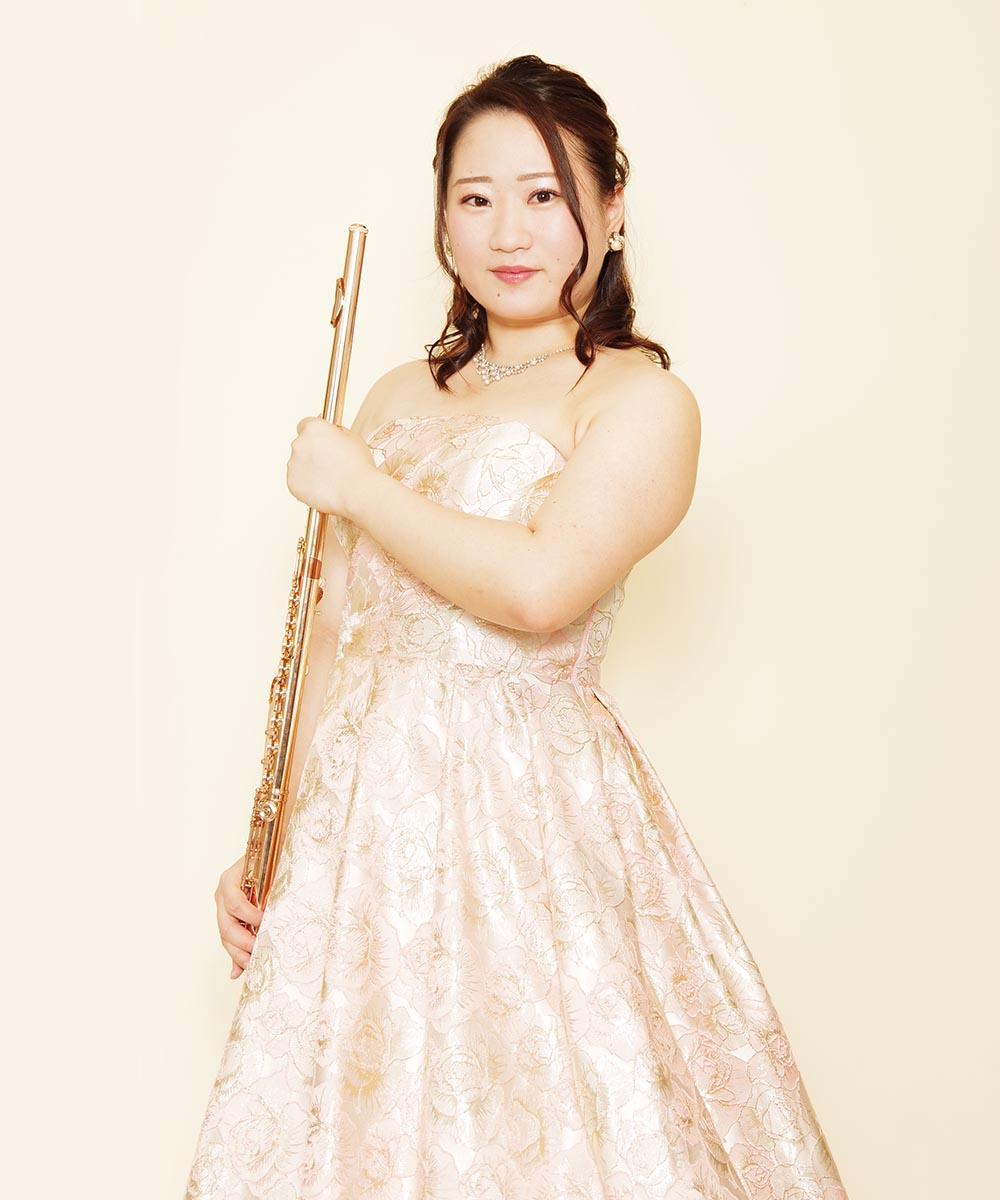 パステルジャガードピンクのボリュームドレスを着たフルート奏者のお客様の演奏会用写真
