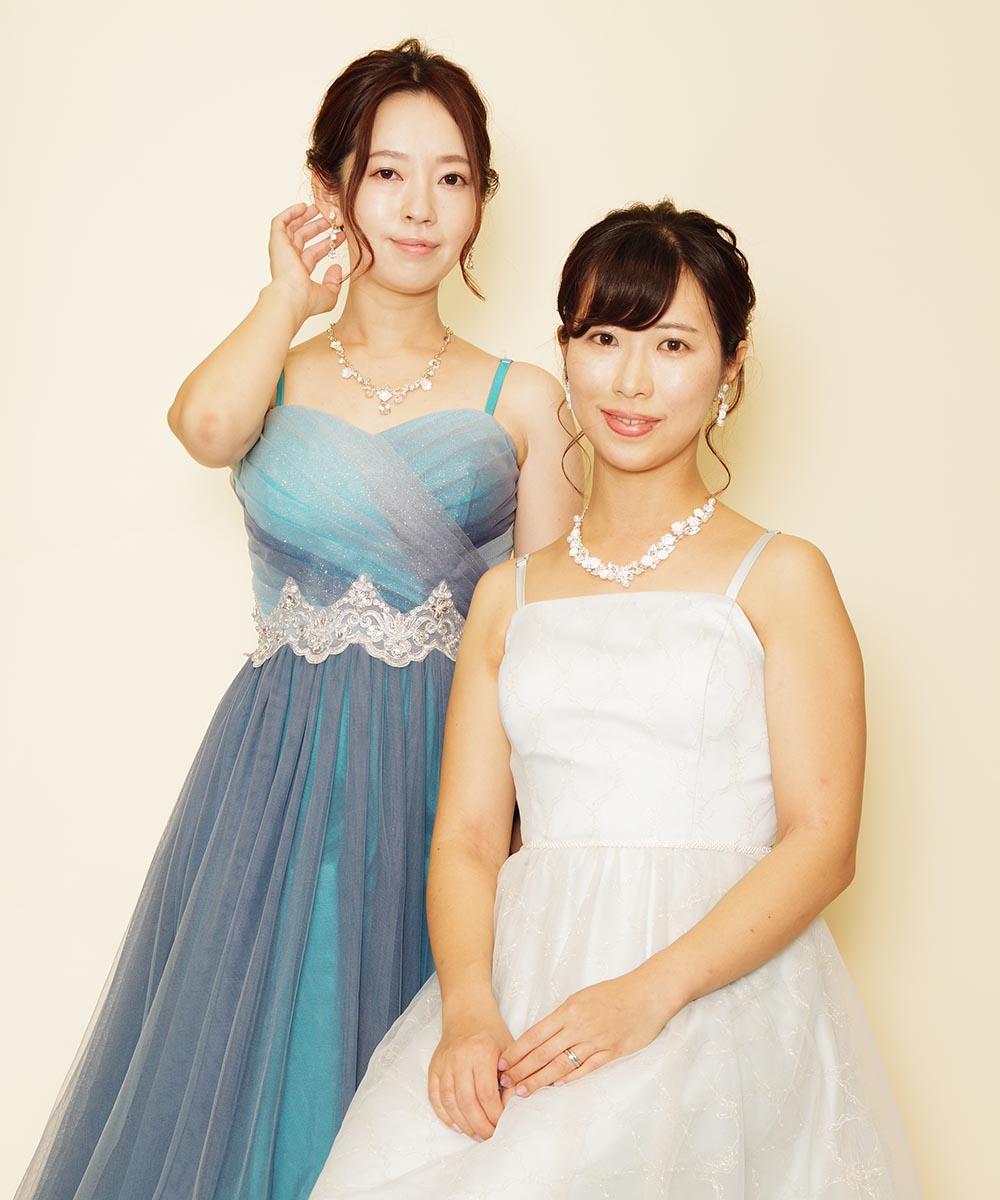 爽やかなブルー系のドレスを着用された仲良し二人組の演奏会用写真