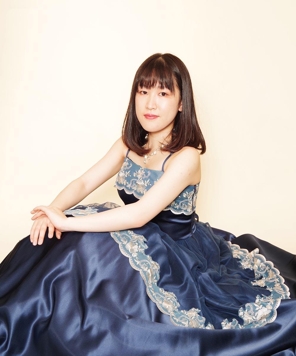 ドレスルームアミのネイビーカラードレスを身にまとって撮影を行った演奏家さまのプロフィール写真