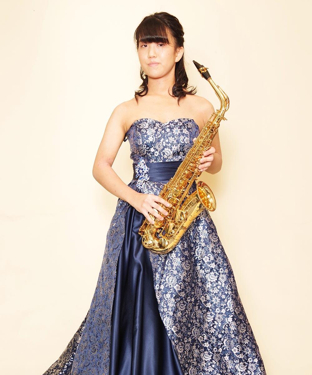 ドレスを購入頂いてから撮影に進まれたサックス奏者のお客様のプロフィール写真