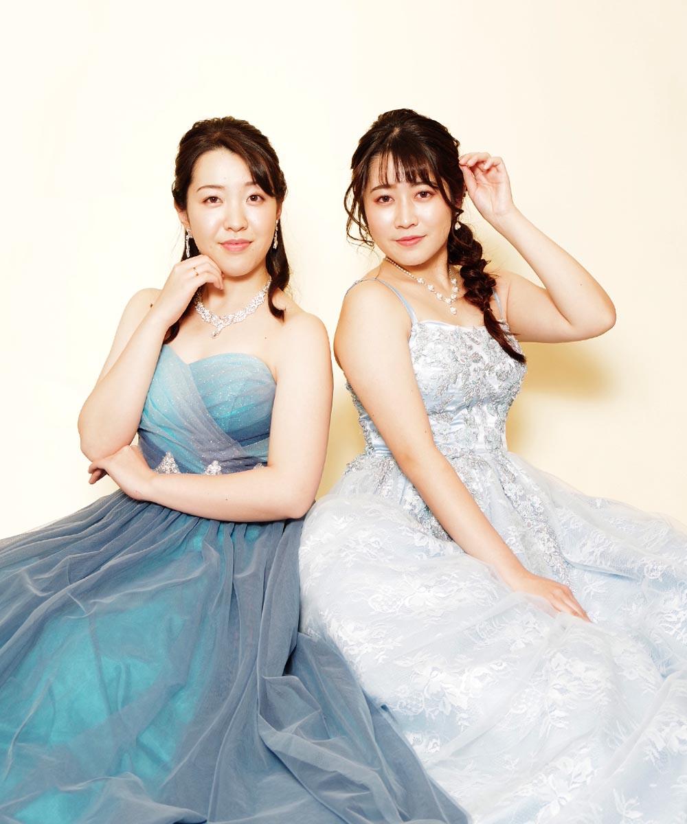 2着のドレスルームアミのブルードレスを着用してのグループ宣材写真撮影