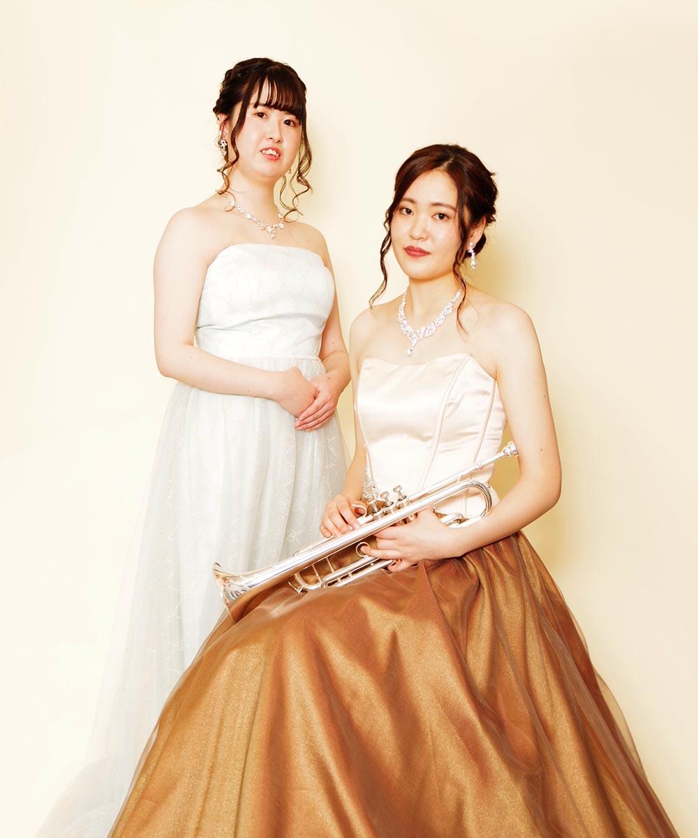 ブラウンドレスとブルードレスをレンタルして頂き撮影を行った2名の音楽家のお客様のプロフィール写真