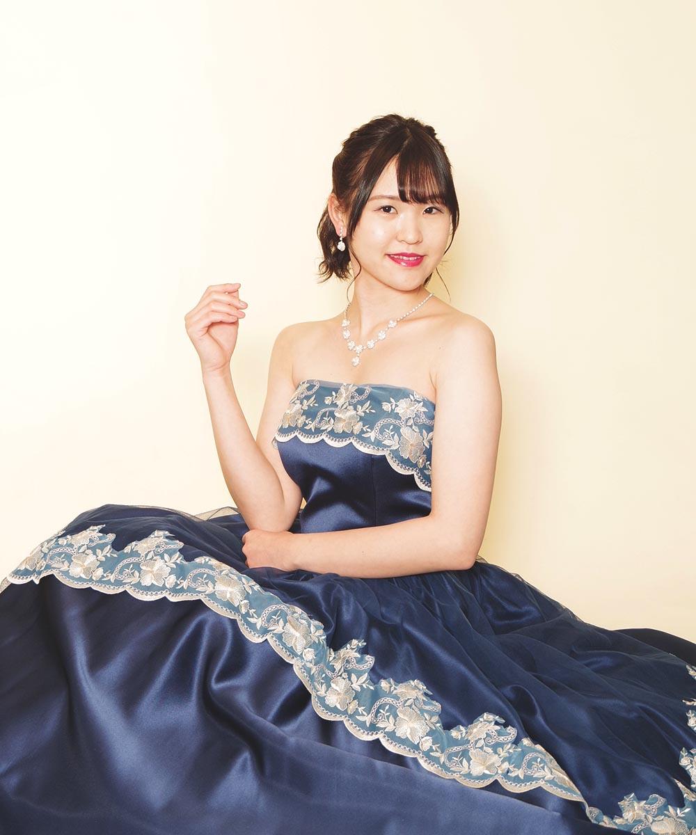 クラシカルデザインのネイビーカラードレスをレンタルしてのプロフィール写真撮影