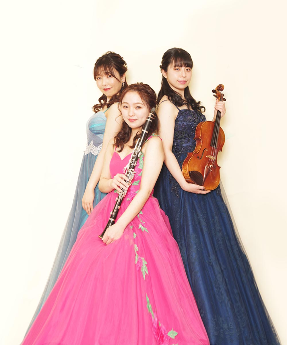 ピアニスト、バイオリニスト、クラリネット奏者の3名のお客様の宣材写真