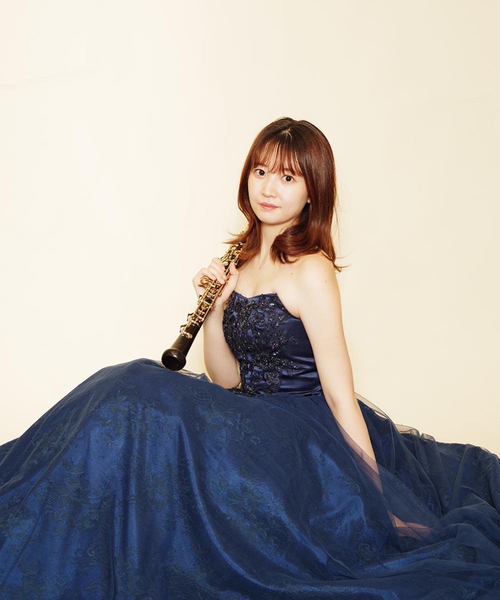ネイビーカラーの大人っぽいドレスが良くお似合いだったオーボエ奏者様のプロフィール写真