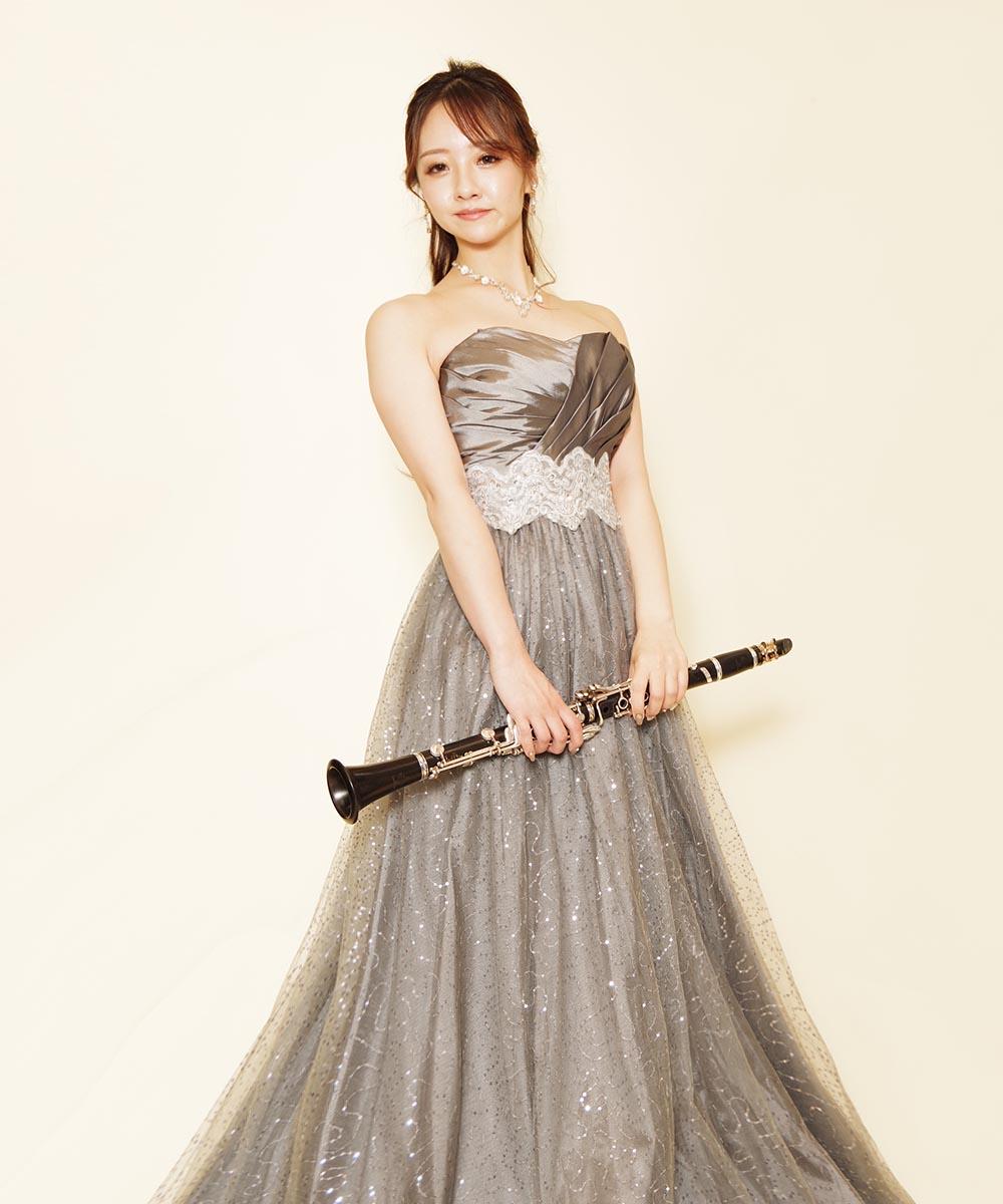 ドレスルームアミでご購入頂いたシルバードレスをお持ち込み頂いて撮影を行ったクラリネット奏者のお客様のプロフィール写真