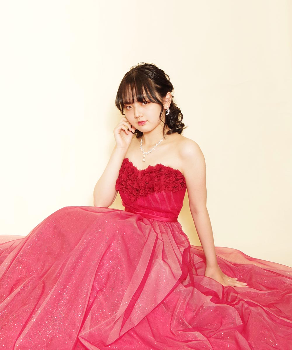 大人びた表情のお客様のレッドカラードレスを着用したプロフィール写真
