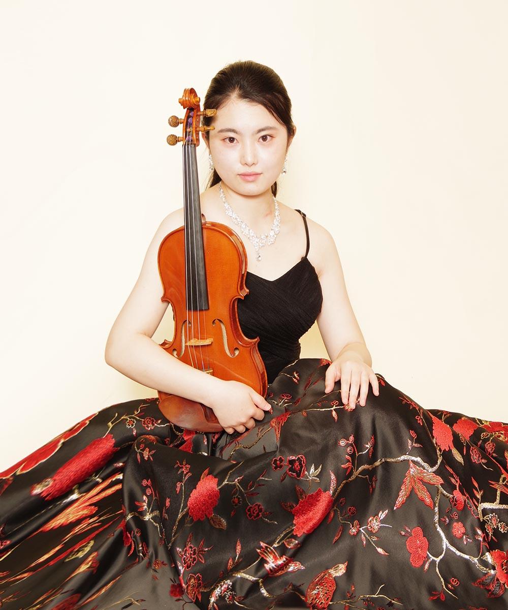和柄のカッコいい雰囲気のロングドレスをレンタル頂き撮影を行ったバイオリニストのお客様のプロフィール写真