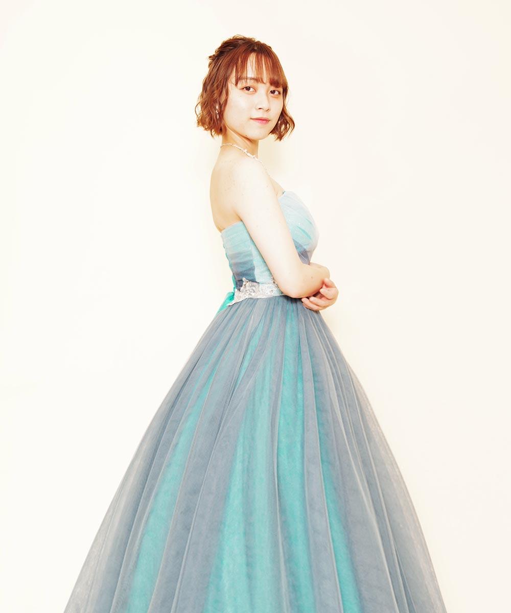 ブルーグリッターのカラードレスを着て撮影を行った演奏家さまのプロフィール写真