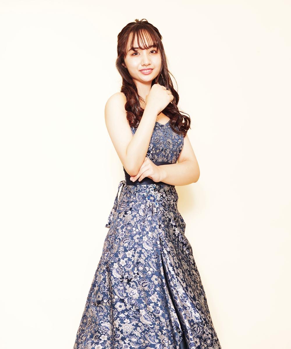 ネイビージャガードドレスがとても良くお似合いになっていた演奏家のお客さまのプロフィール写真