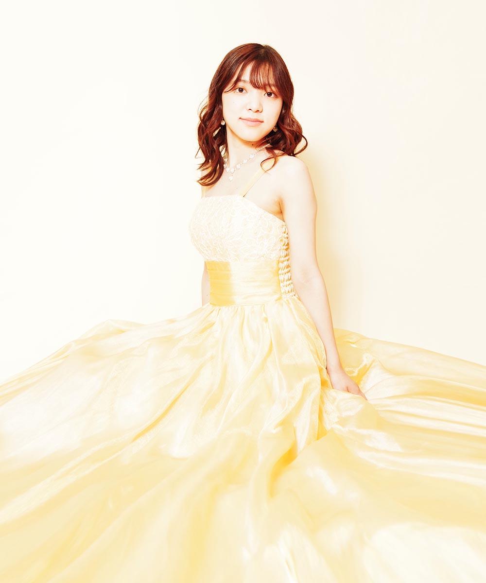 明るいイエローカラーのドレスをお持ち込み頂いて撮影を行った音楽家のお客様のプロフィール写真