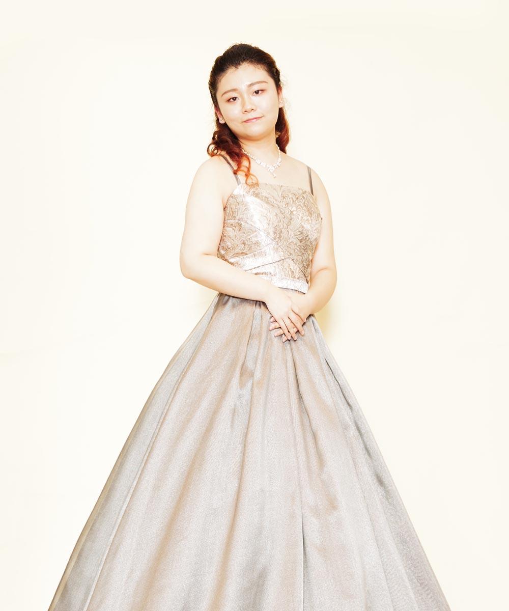 シルバーカラーのボリュームドレスをご購入頂いてから撮影を行った音楽家のお客様のプロフィール写真
