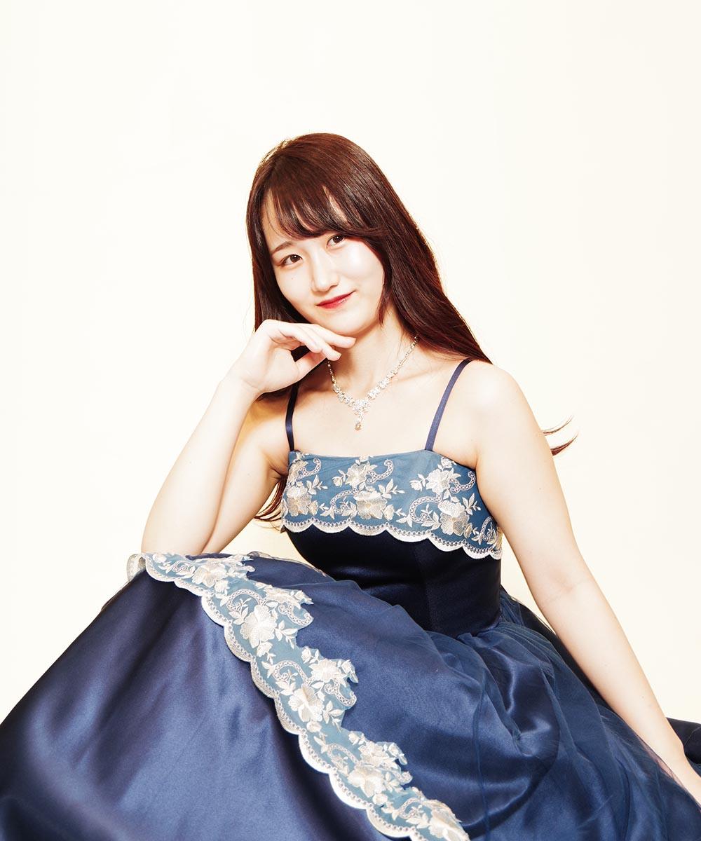 クラシカルネイビードレスを着用されて撮影を行ったロングヘアのお客様のプロフィール写真