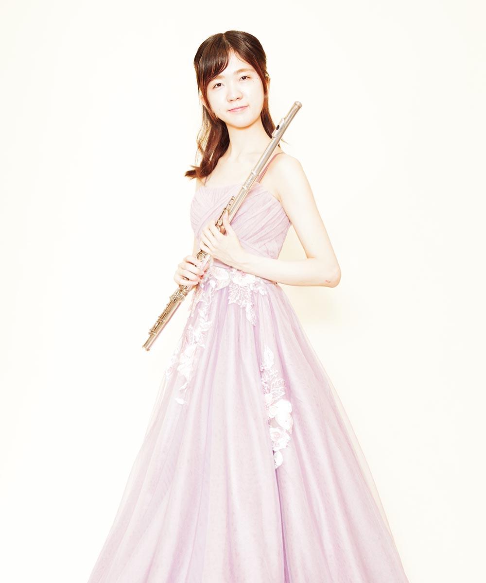 優しい色合いのパープルチュールボリュームドレスを着用されたフルート奏者のお客様のプロフィール写真