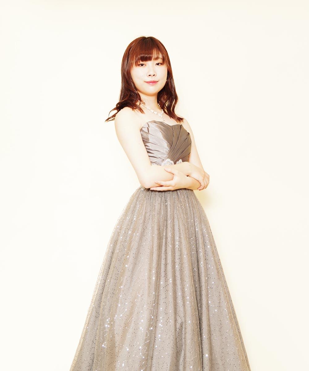 シルバーグリッターの輝きが美しいドレスをご購入頂いてから撮影を行った演奏家のお客様の宣材写真