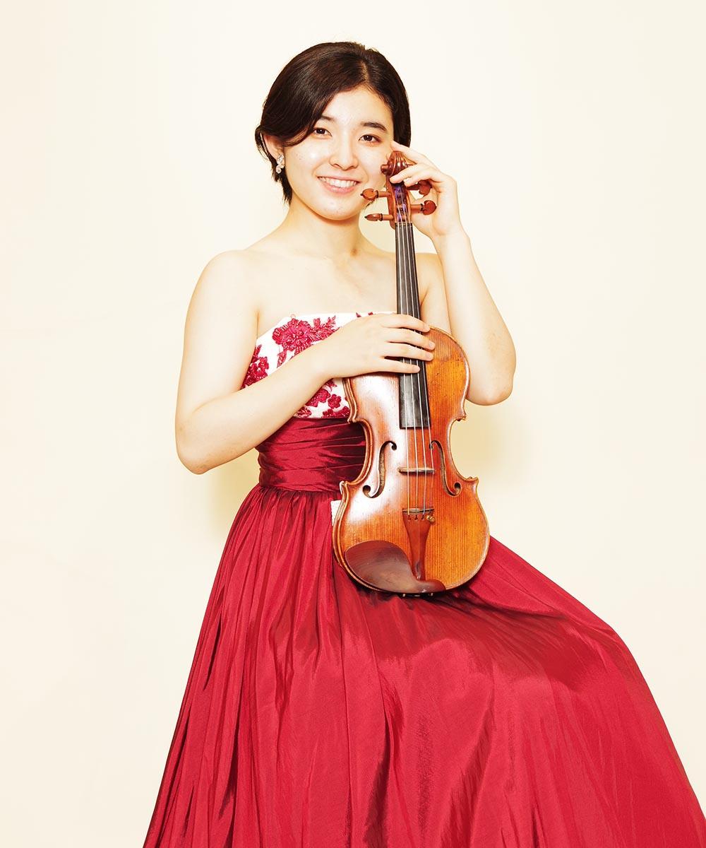 前日にレッドのドレスを購入頂いてから撮影を行ったバイオリニストのお客様の宣材写真
