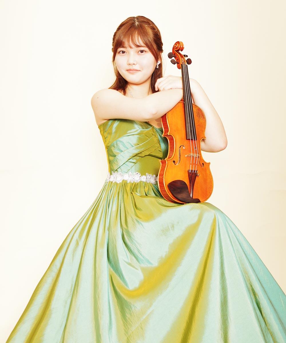 グリーンカラーのタフタドレスを着用されたバイオリン奏者様のプロフィール写真