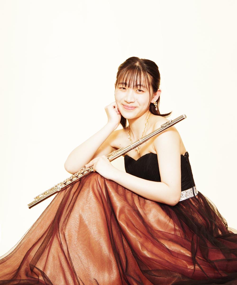 笑顔が素敵なフルート奏者様のブラウンカラードレスを着用した宣材写真